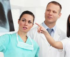 Врачи изучают результаты медицинского исследования